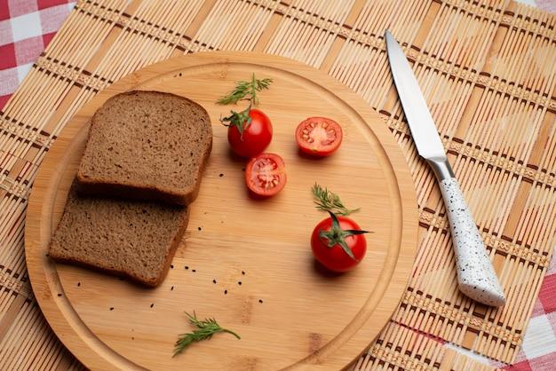 Tomates con pane nero e verde per la cena Foto Premium