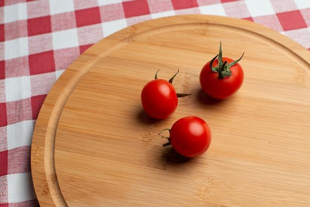 Tomati sul cerchio di legno Foto Premium