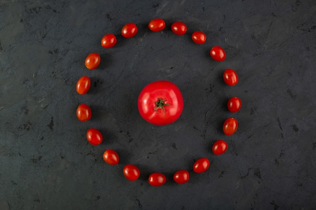 Tomatoe maturo rosso dei pomodori ciliegia sullo scrittorio grigio Foto Gratuite