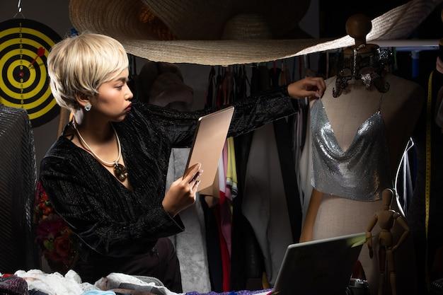 Tomboy fashion designer controlla il modello e il design Foto Premium