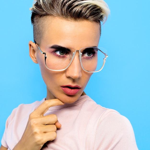 Tomboy fashion model in eleganti accessori occhiali. occhiali di tendenza Foto Premium
