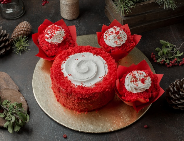 Tondo dolce rosso con crema sul tavolo Foto Gratuite