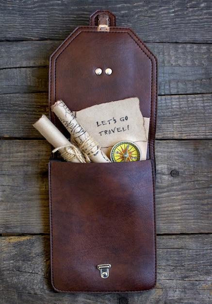 Top travel sfondo in legno, borsa, mappa Foto Premium