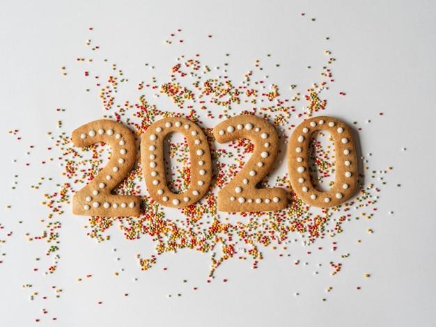 Topping e panpepato di zucchero di pasticceria multicolore sotto forma di numeri 2020 Foto Premium