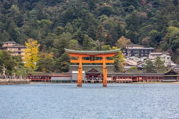 Torii galleggiante miyajima hiroshima Foto Premium