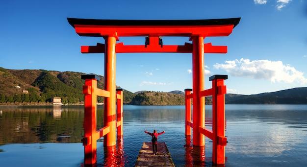 Torii rosso sul lago hakone, giappone Foto Premium