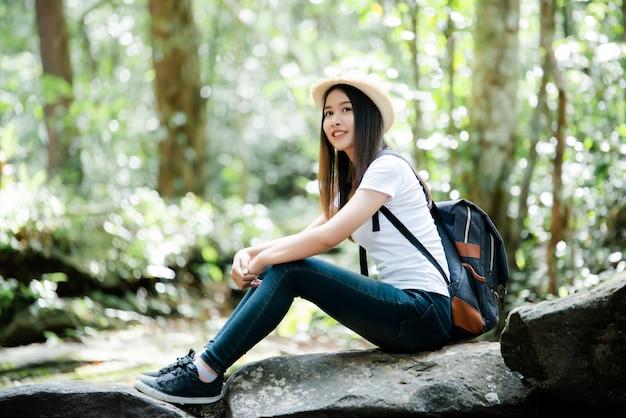 Torista felice della bella donna di stile di vita da viaggiare nell'escursione selvaggia di escursione durante la vacanza. Foto Gratuite