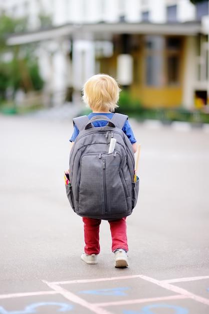 Torna al concetto di scuola. giovane studente con il suo zaino Foto Premium