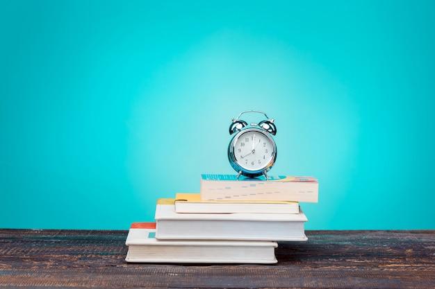 Torna al concetto di scuola. libri, matite colorate e orologio Foto Gratuite