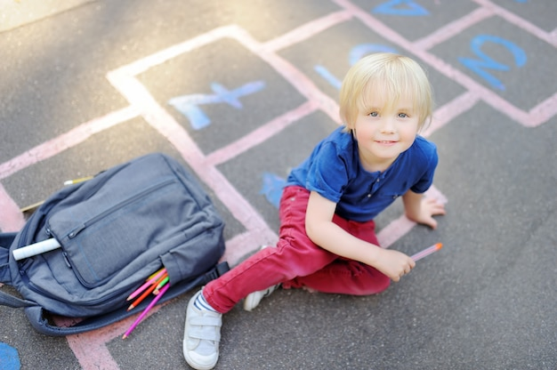 Torna al concetto di scuola. ragazzino sul cortile della scuola Foto Premium