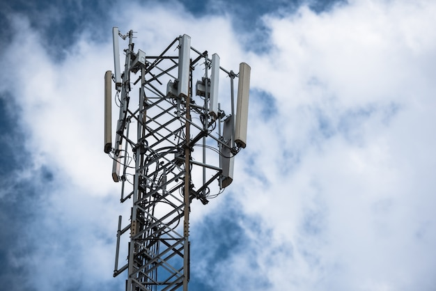 Torre di comunicazione con antenne come una torre del telefono cellulare, torre cellulare, telefono pole ecc sul cielo con sfondo di nuvole. Foto Premium