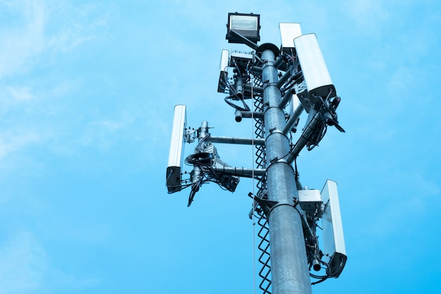 Torretta di antenna di comunicazione con cielo blu, tecnologia delle telecomunicazioni Foto Premium