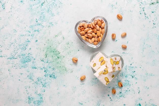 Torrone biologico fatto in casa con miele, pistacchio, vista dall'alto Foto Gratuite