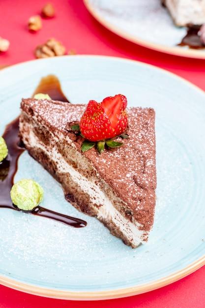 Torta al cacao condita con fragole Foto Gratuite