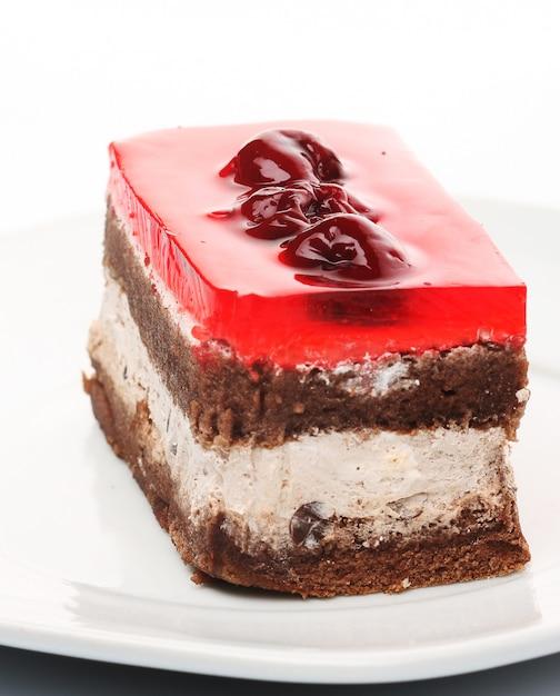 Torta al cioccolato con amarene sulla zolla bianca Foto Premium