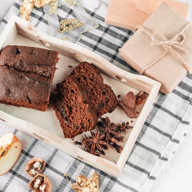 Torta al cioccolato con cannella in vassoio di legno Foto Gratuite