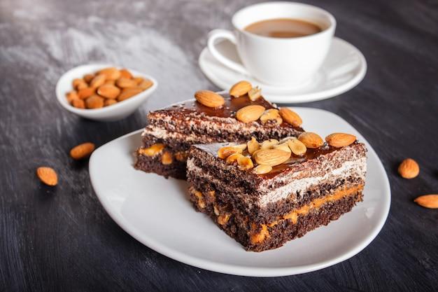 Torta al cioccolato con caramello, arachidi e mandorle Foto Premium