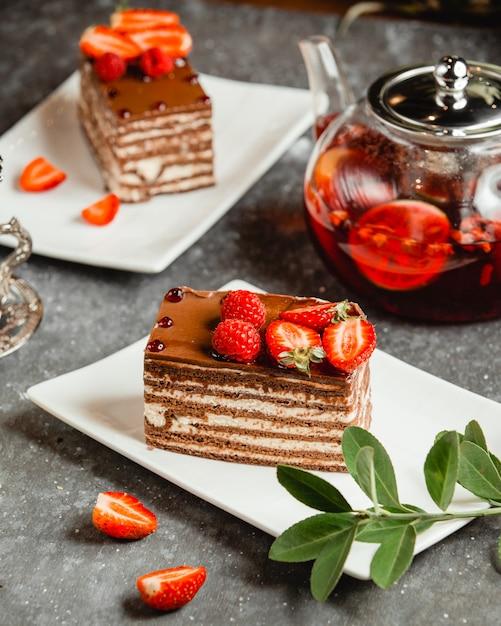 Torta al cioccolato con crema bianca cosparsa di cacao e frutti di bosco Foto Gratuite