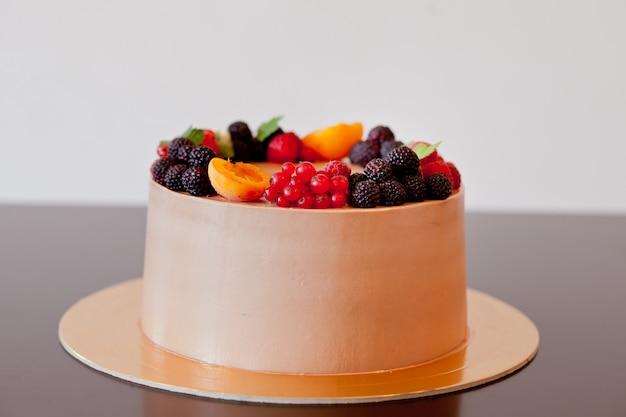 Torta al cioccolato con frutti di bosco sul tavolo Foto Premium
