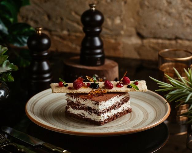 Torta al cioccolato condita con biscotti e frutti di bosco Foto Gratuite