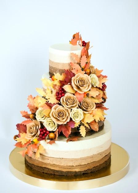 Torta al cioccolato decorata in tema autunnale Foto Premium