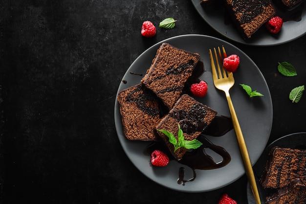 Torta al cioccolato servita con salsa al cioccolato Foto Premium