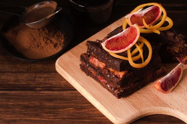 Torta al cioccolato sul tagliere con frutta Foto Gratuite