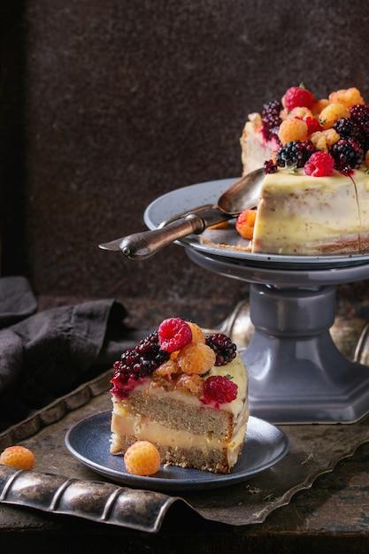 Torta al limone con lamponi colorati Foto Premium