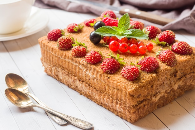 Torta al miele con fragole, menta e ribes Foto Premium