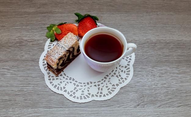 Torta alla fragola e tè latte Foto Premium