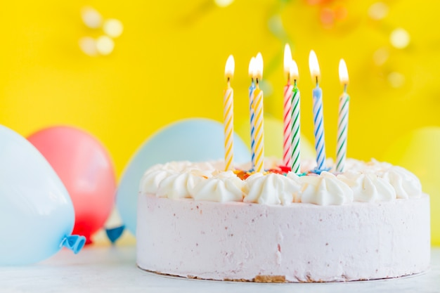 Torta con candele di illuminazione scaricare foto gratis