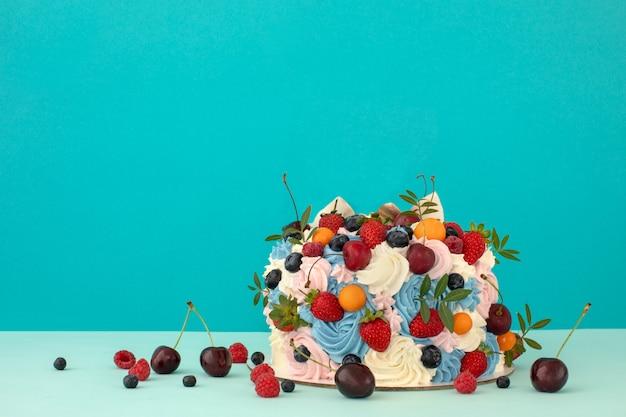 Torta con crema di mascarpone e frutti di bosco freschi Foto Premium