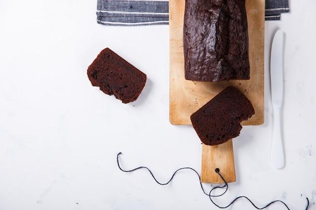 Torta, cupcake con banane e cioccolato. dolci fatti in casa su una luce background.copy spazio per il testo Foto Premium