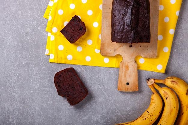 Torta, cupcake con banane e cioccolato. dolci fatti in casa Foto Premium