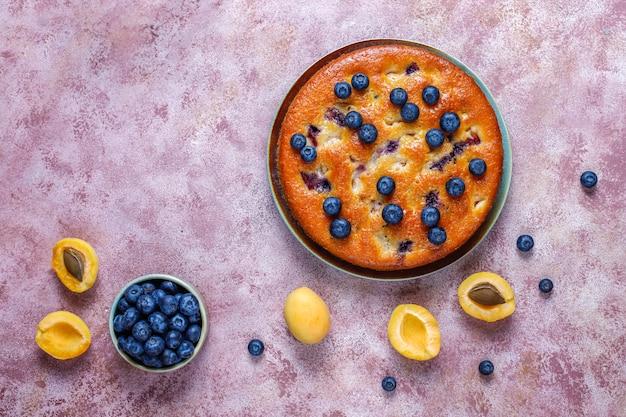 Torta di albicocche e mirtilli con mirtilli freschi e frutti di albicocca Foto Gratuite