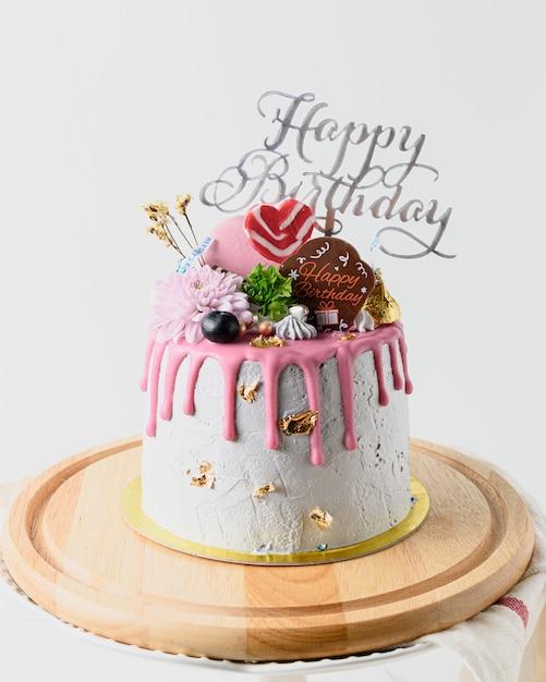 Torta di buon compleanno sul tavolo bianco con spazio di copia Foto Premium