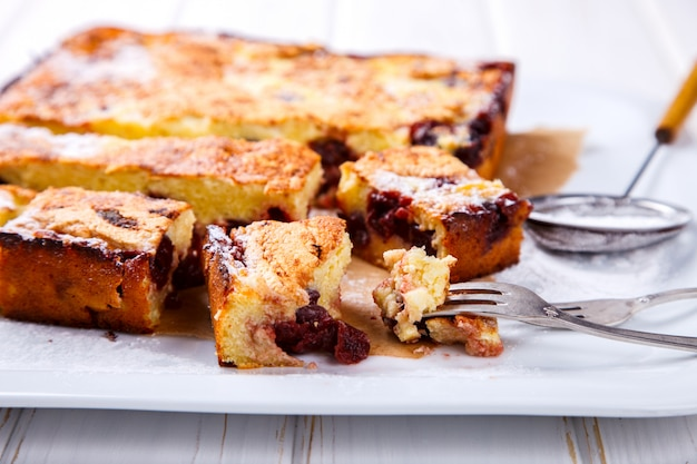 Torta di ciliegie.torta con ricotta Foto Premium