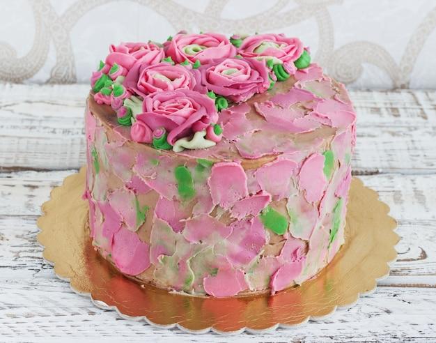 Torta di compleanno con fiori rosa Foto Premium