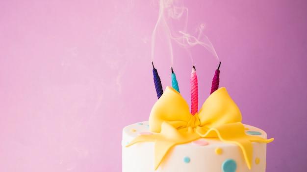 Torta di compleanno con le candele Foto Gratuite
