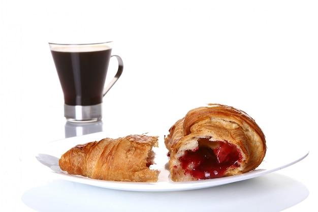 Torta di frutta dessert con caffè nero Foto Gratuite
