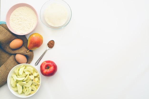 Torta di mele con ingredienti da forno. copia spazio. vista dall'alto. disteso. Foto Premium