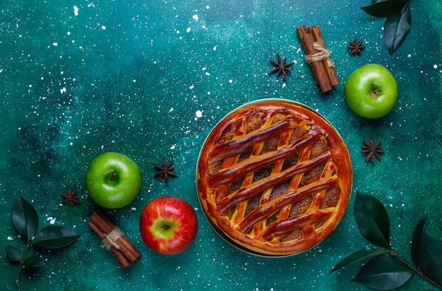 Torta di mele fatta in casa sul tavolo verde Foto Gratuite