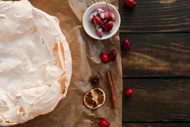 Torta di meringa con rosa canina e copia spazio Foto Gratuite