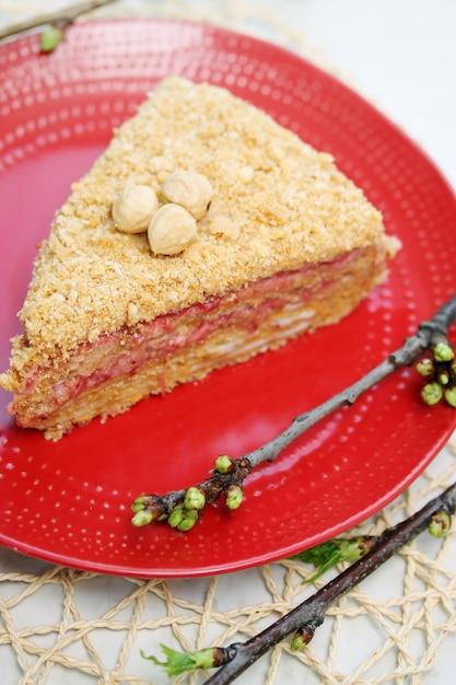 Torta di primavera con marmellata di fragole Foto Premium