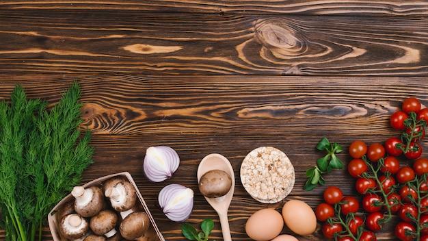 Torta di riso soffiato tondo con verdure fresche su legno strutturato Foto Gratuite