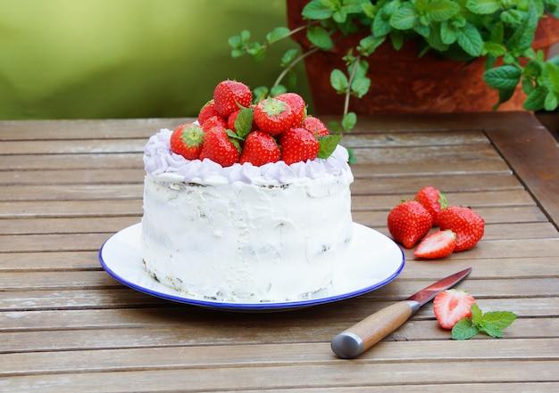 Torta di spinaci con crema al mascarpone e fragola Foto Premium