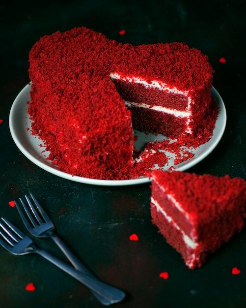 Torta di velluto rosso a forma di cuore su oscurità Foto Gratuite