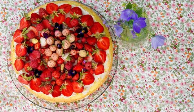 Torta estiva con fragole fresche mature e mirtilli con crema al mascarpone Foto Premium