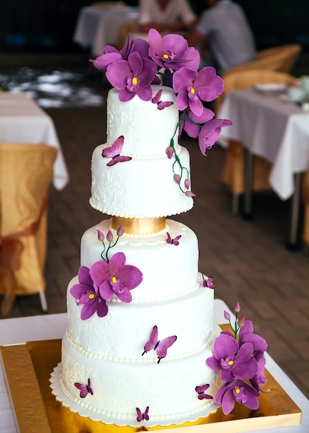 Torta nuda torta rustica di nozze con fiori. Foto Premium