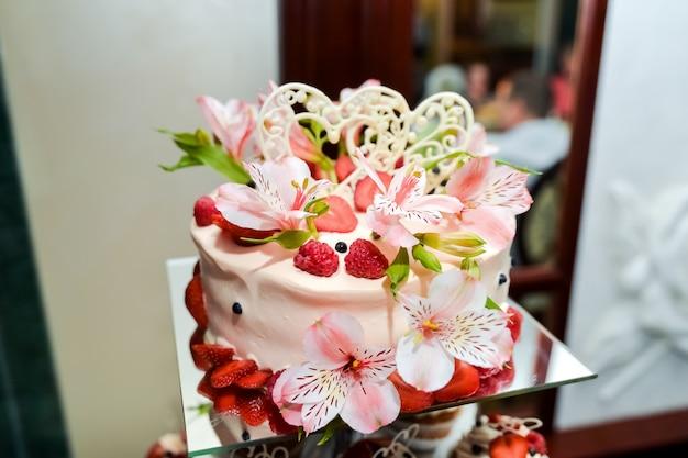 Torta nuziale con fiori. dettaglio di un banchetto alimentare Foto Premium